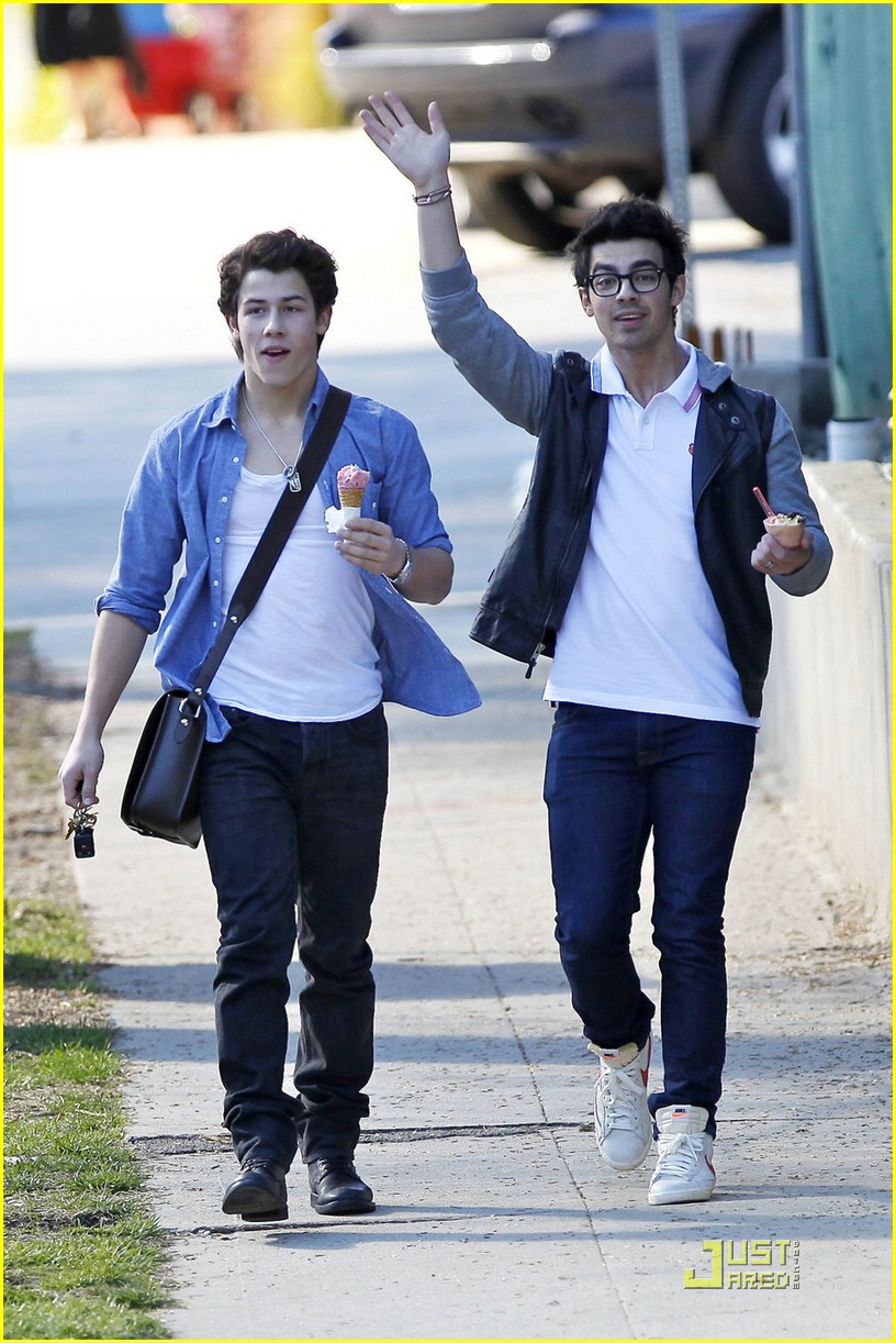 joe nick jonas ice cream 12