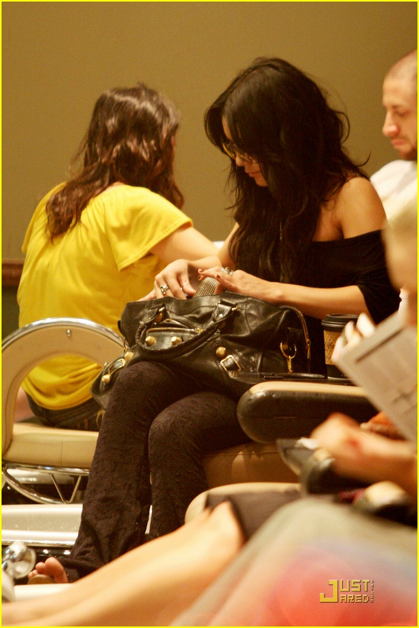vanessa hudgens brittany snow nail salon 04