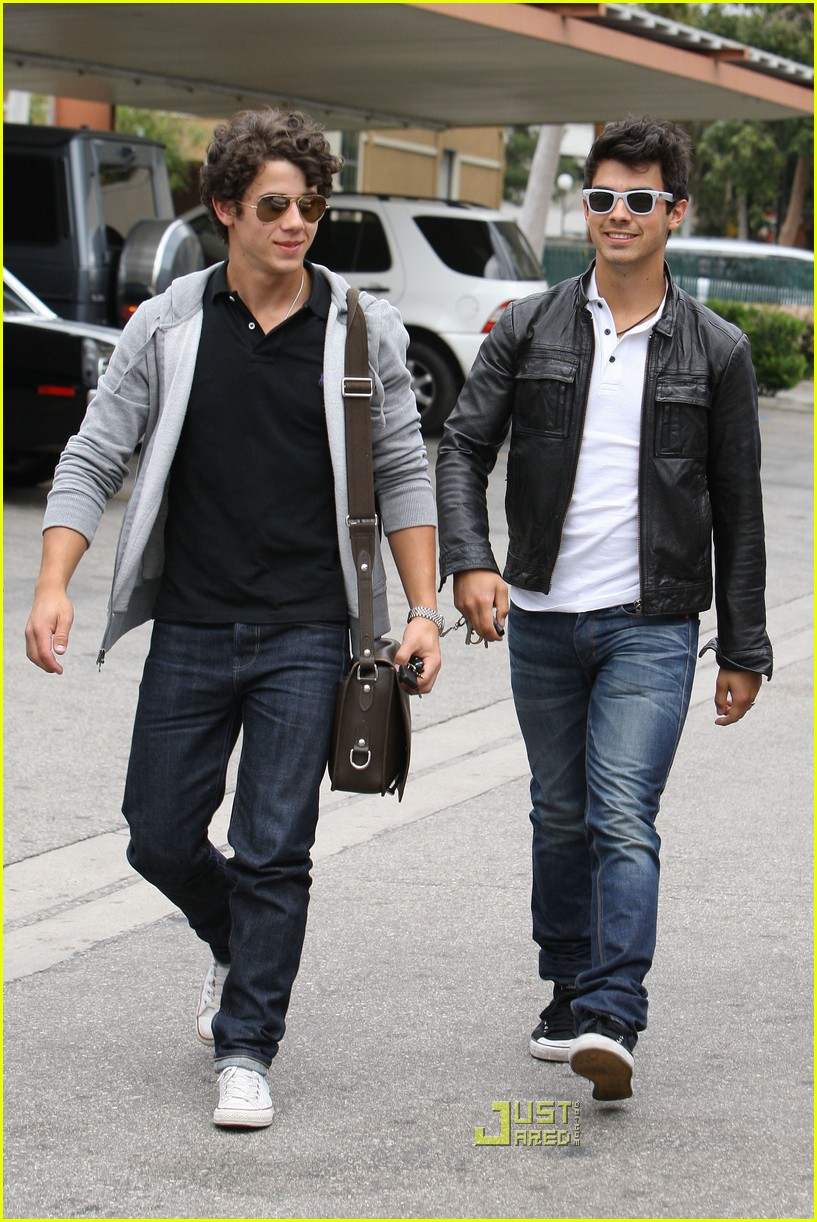 joe jonas patys restaurant nick jonas 10