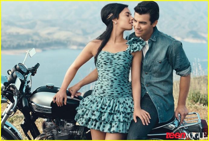 Hemsworth Kissing Teen Vogue Cover 71