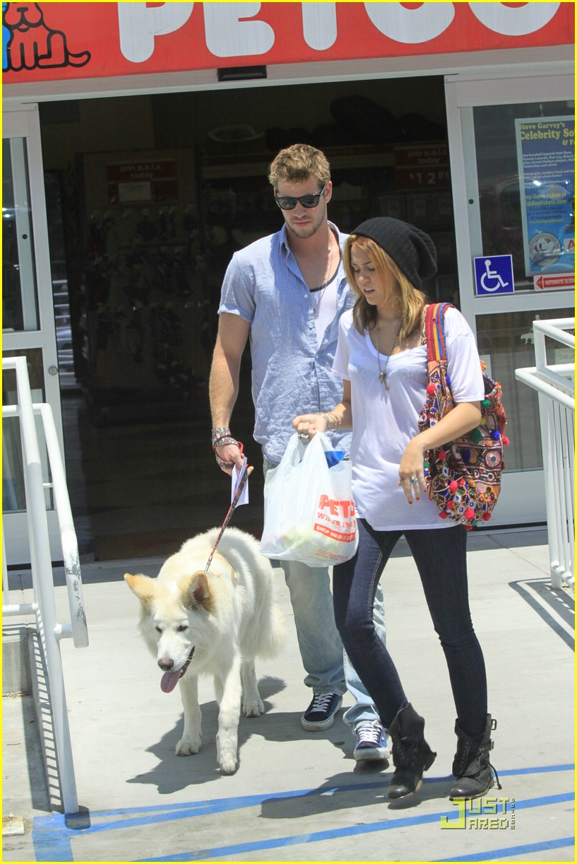 miley cyrus liam hemsworth petco 11