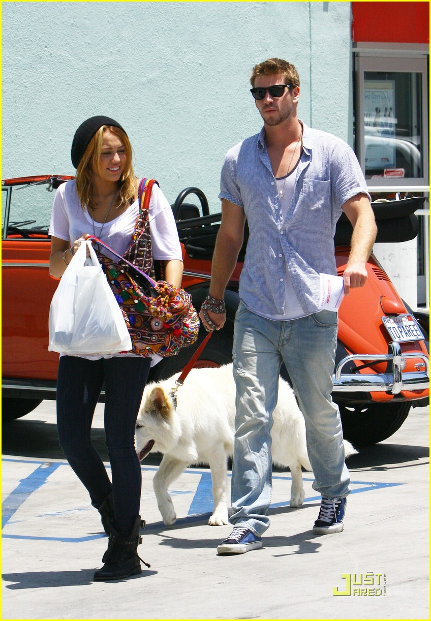 miley cyrus liam hemsworth petco 13