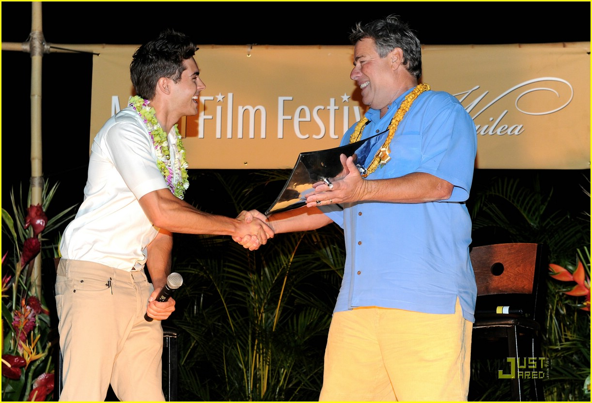 zac efron shining star award maui 02