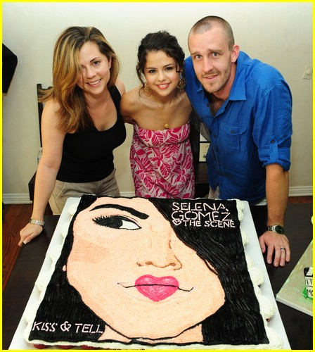 selena gomez cake convention 01
