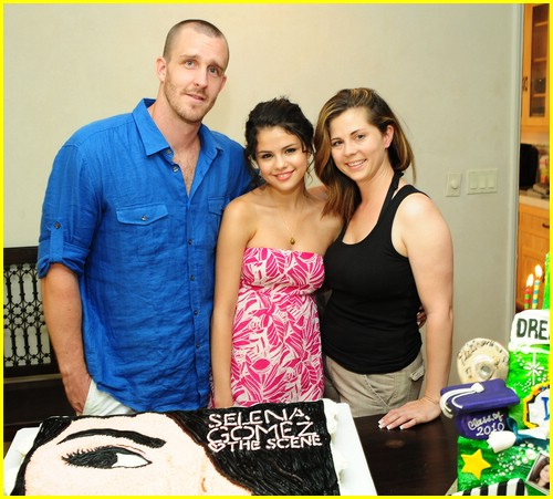 selena gomez cake convention 08