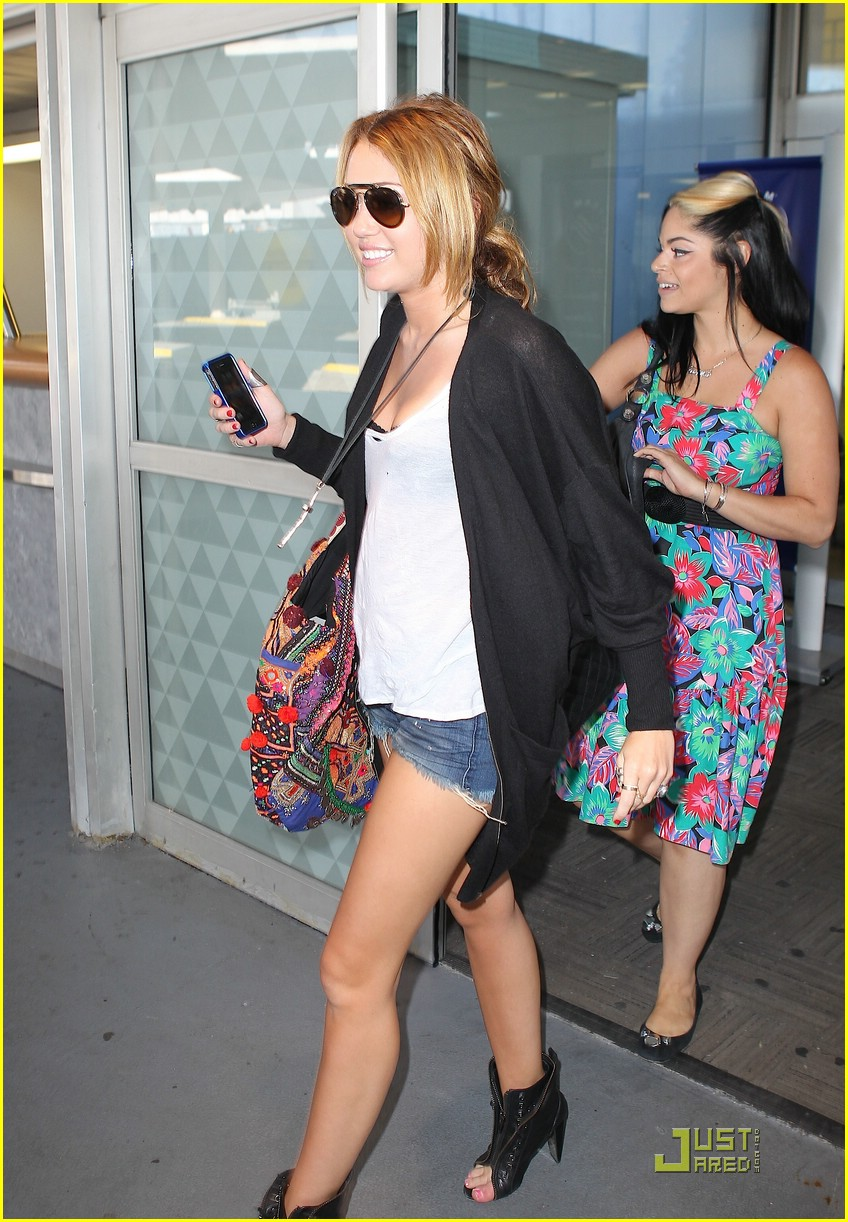 miley cyrus jfk airport 02