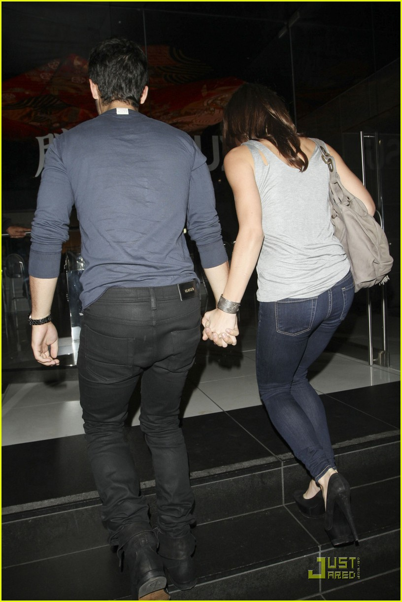 joe jonas ashley green holding hands 04