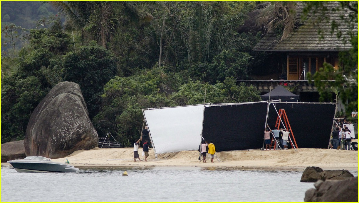 robert pattinson kristen stewart kiss beach 11
