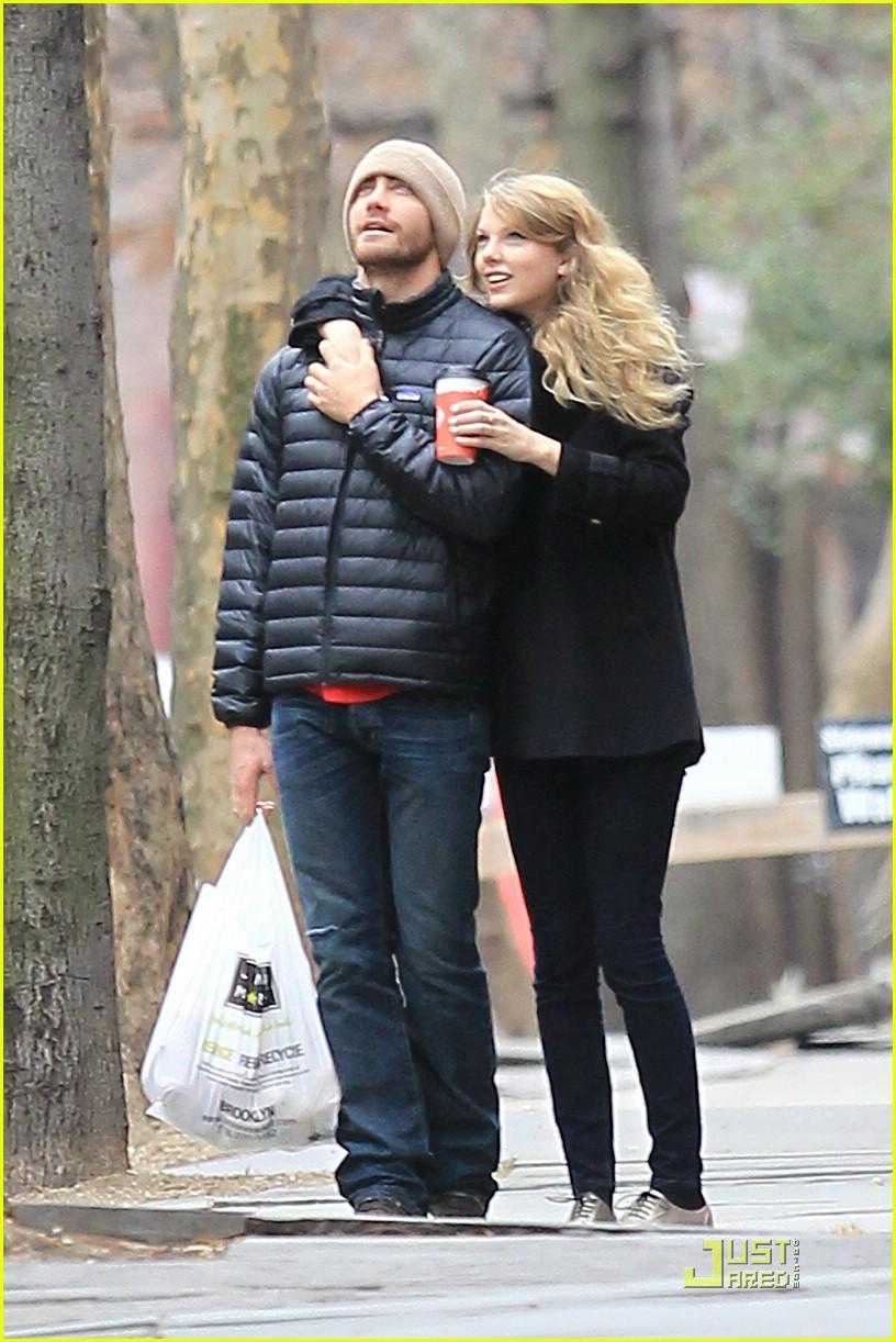 Taylor Swift & Maggie Gyllenhaal: Thanksgiving Walk & Talk Maggie Gyllenhaal