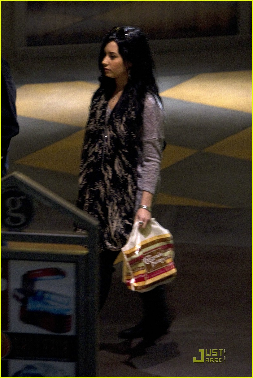 demi lovato cheesecake factory 03