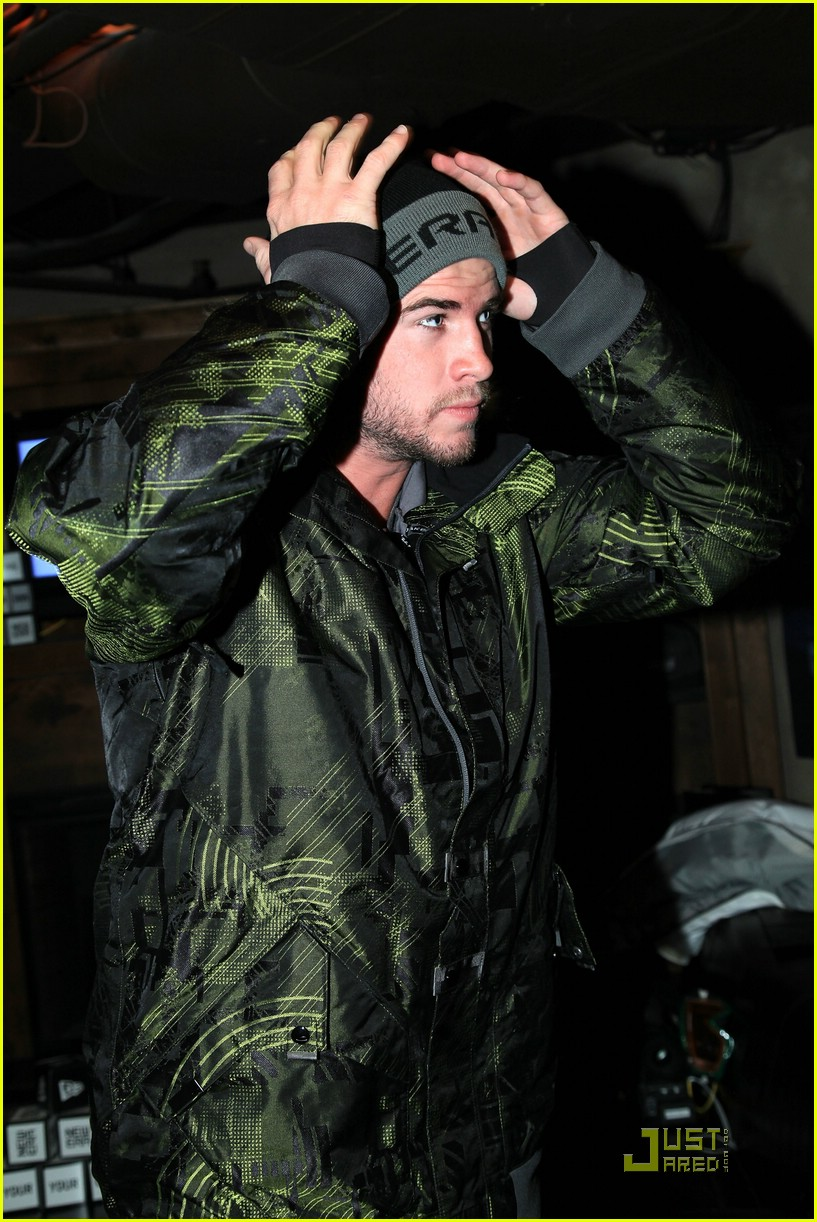 liam hemsworth snowboarder sundance 01