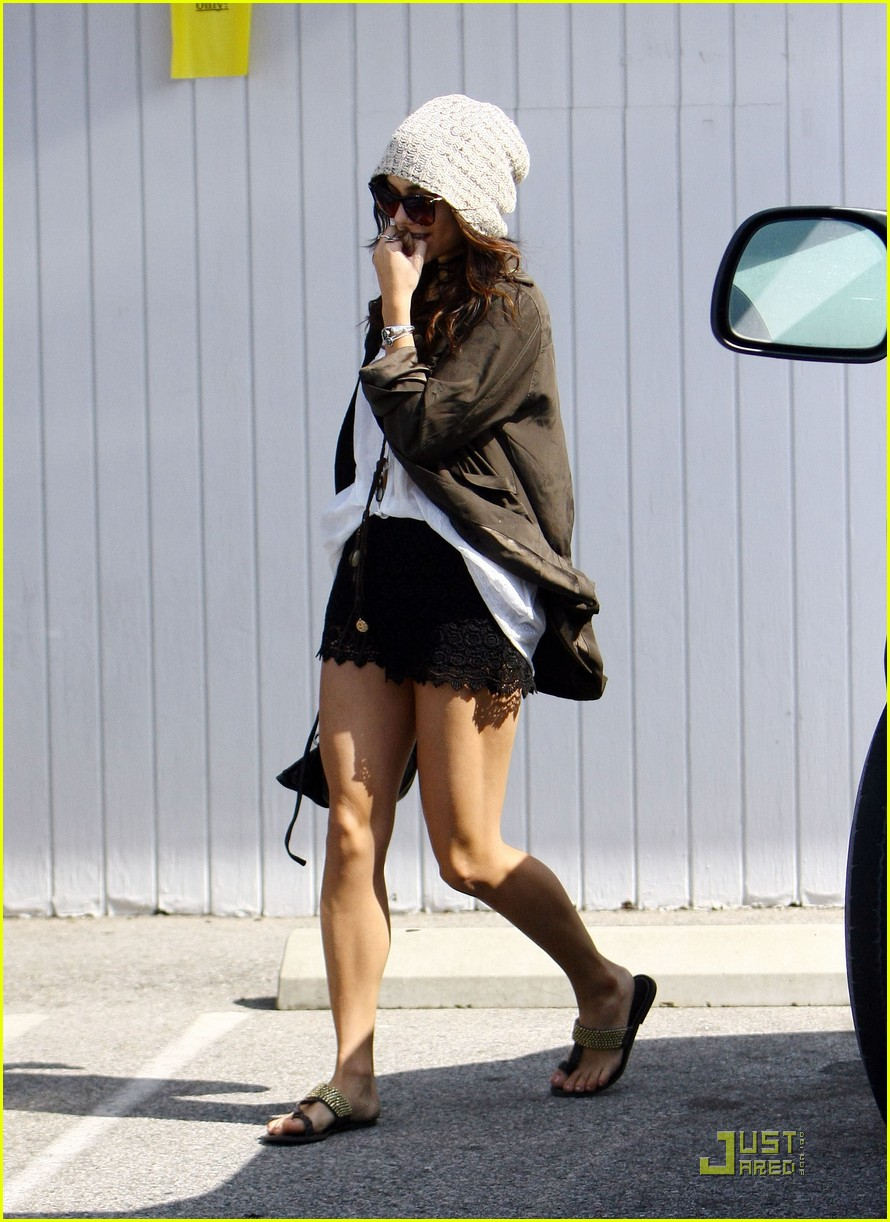 vanessa hudgens family lunch 01