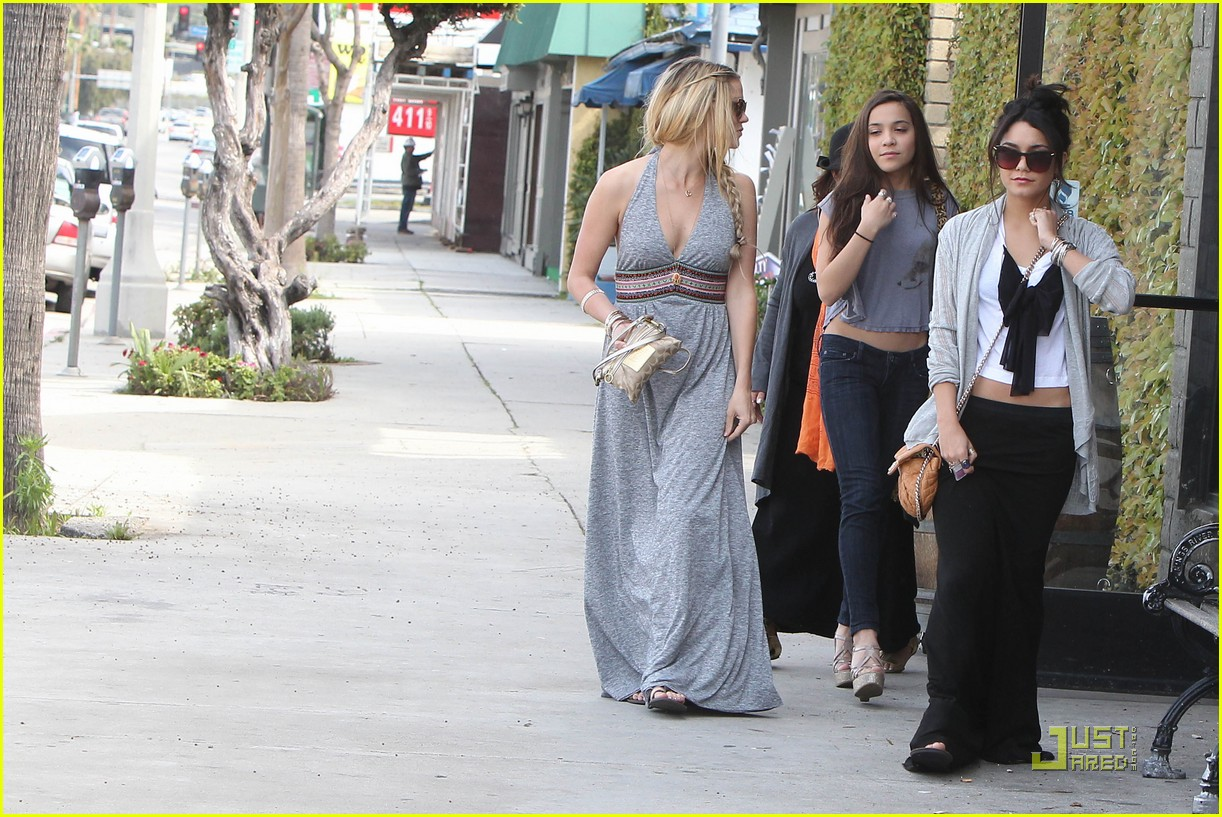 vanessa hudgens studio cafe josh hutcherson 09