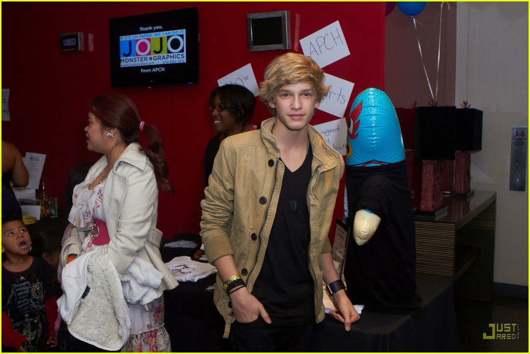 miley cyrus cody simpson stars and strikes 03