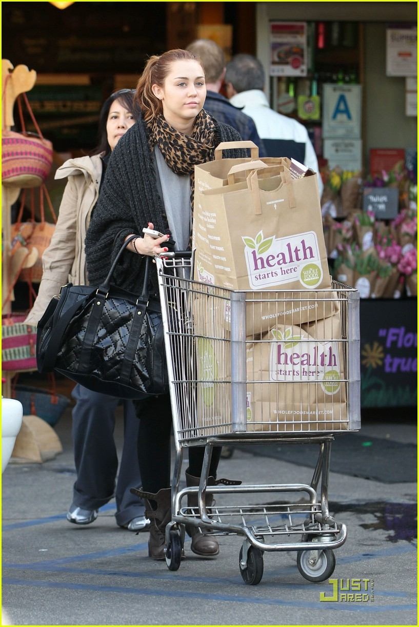 miley cyrus whole foods 01