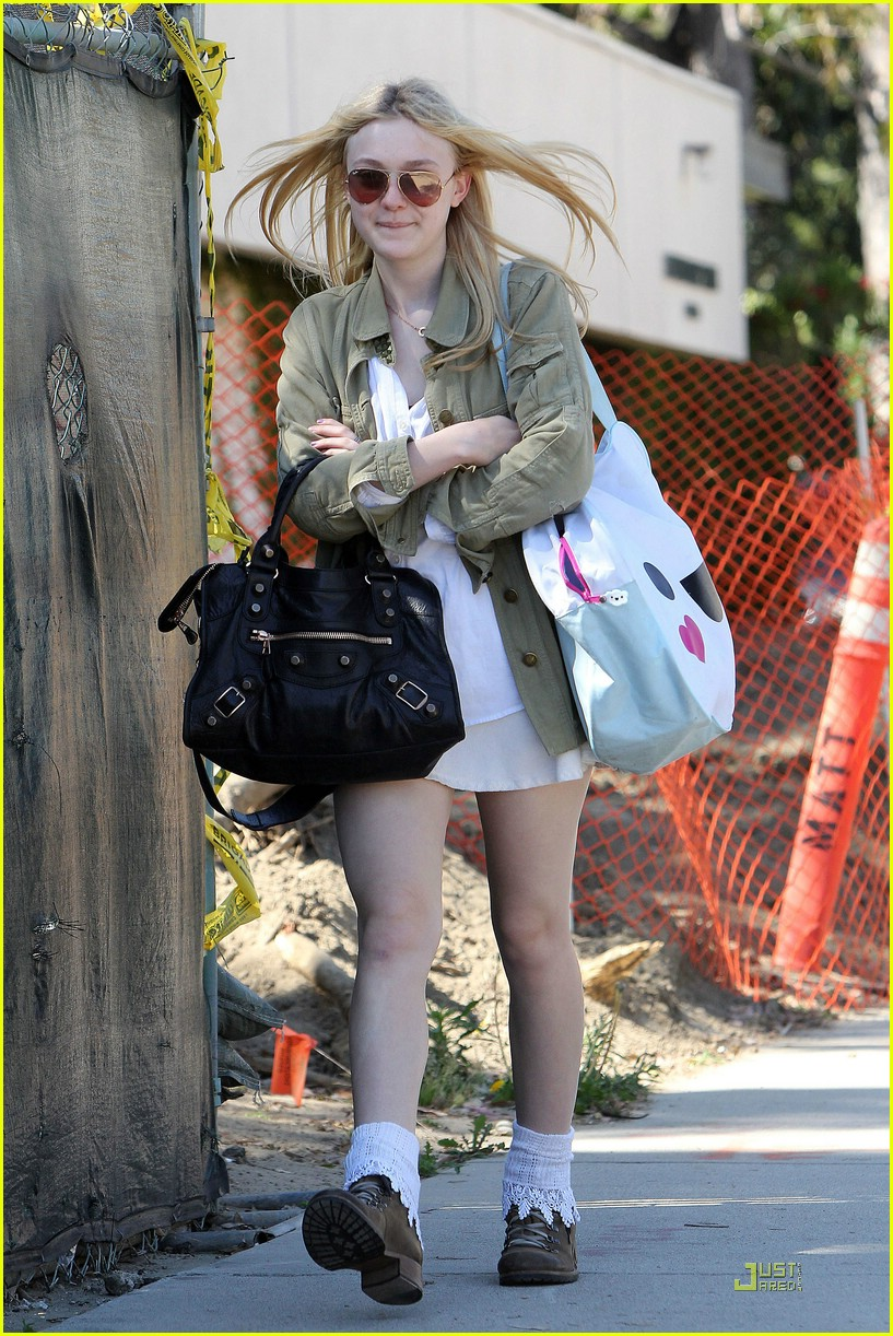 dakota fanning walk school 01