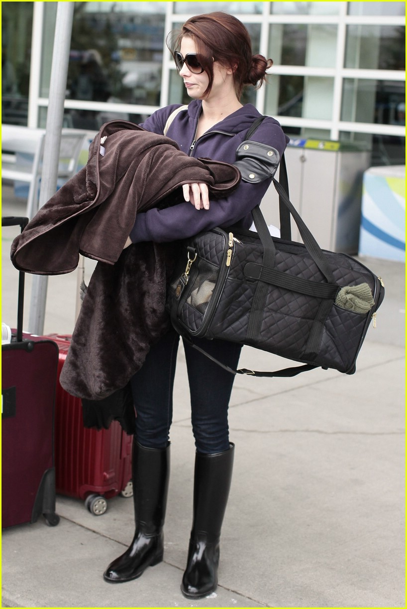ashley greene bd cast airport 02