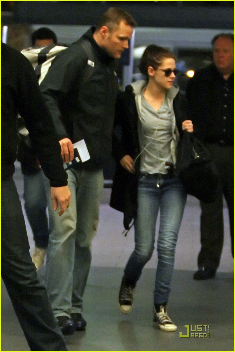 kristen stewart airport guard 03