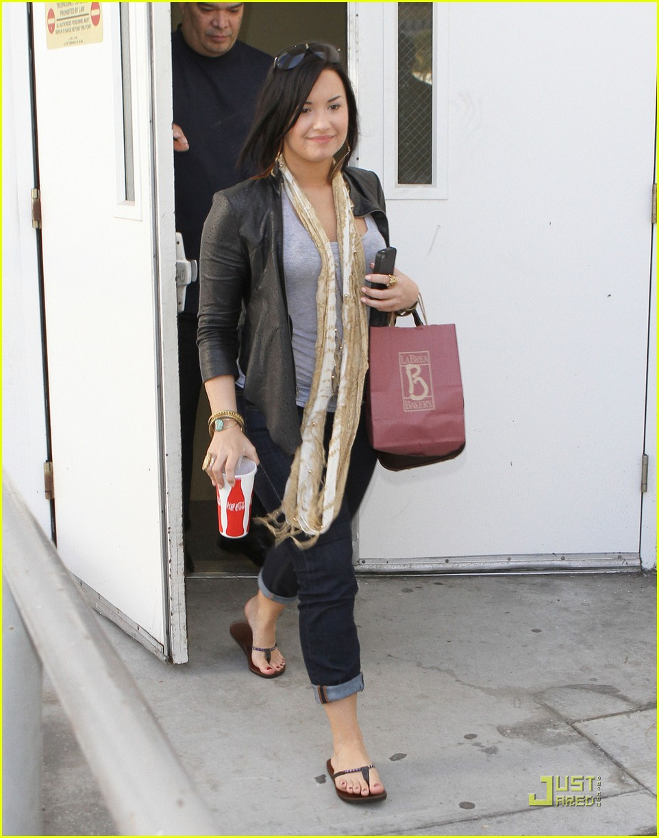 demi lovato catches flight 05
