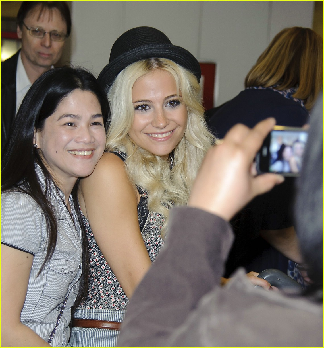 pixie lott heathrow arrival 03
