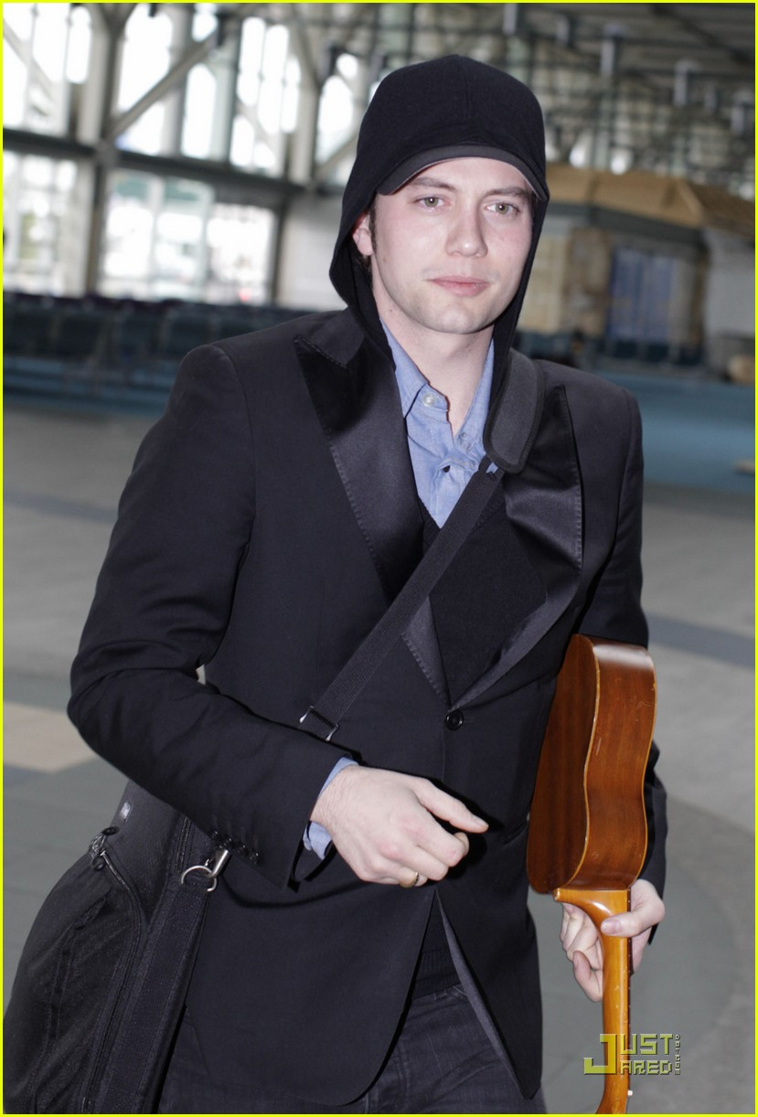 jackson rathbone airport guitar02