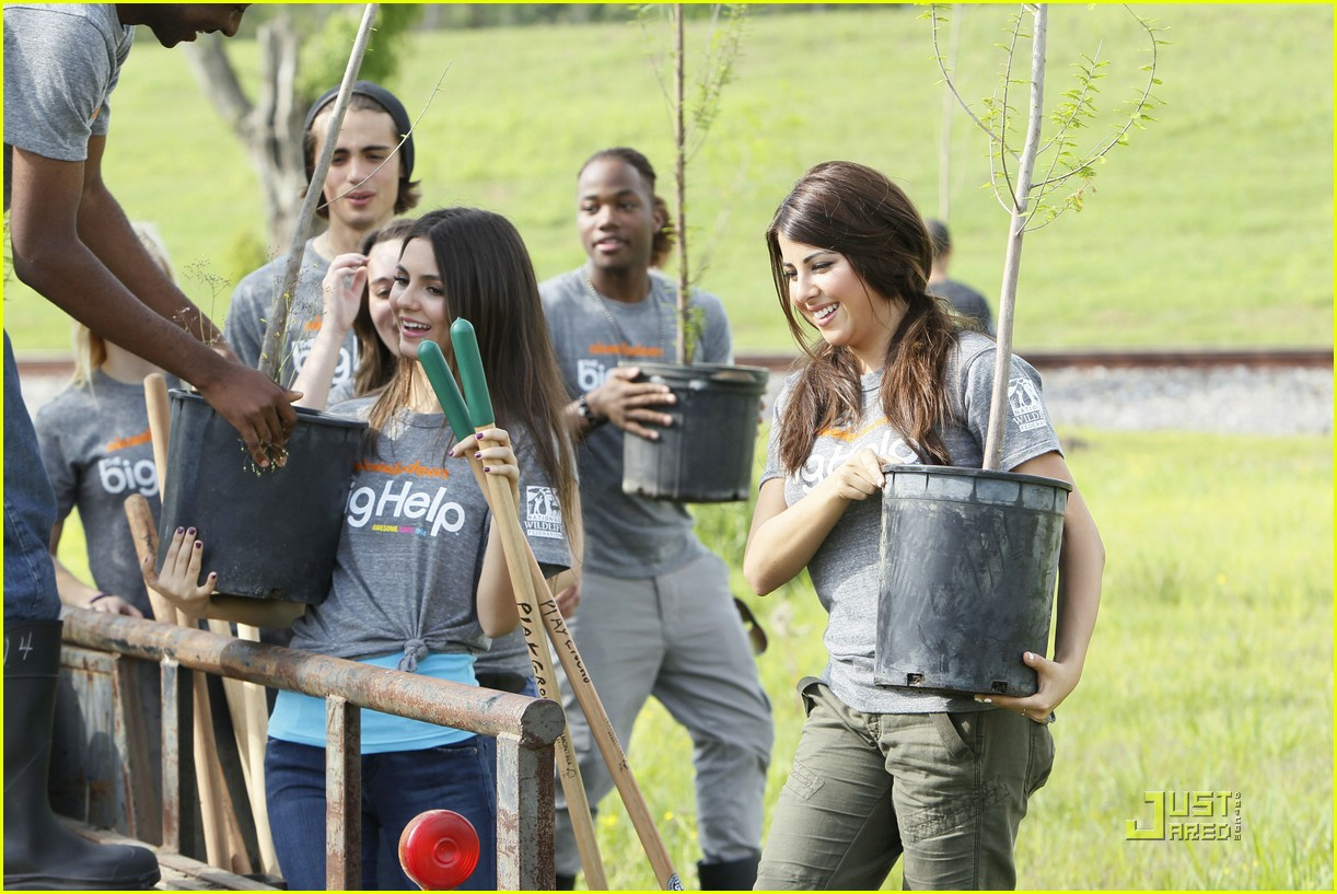 victoria justice daniella monet big helps 02