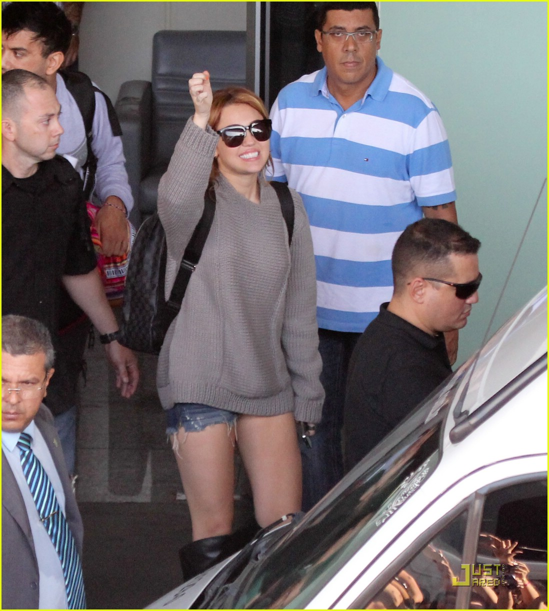 miley cyrus brazil arrival 06