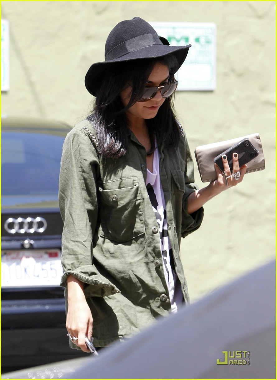 vanessa hudgens lunch lax 18