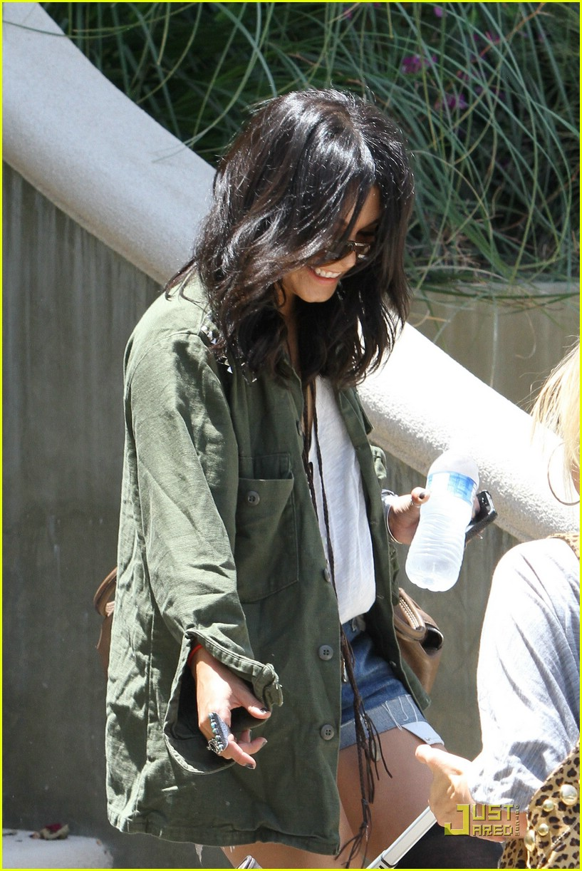 vanessa hudgens lunch lax 19