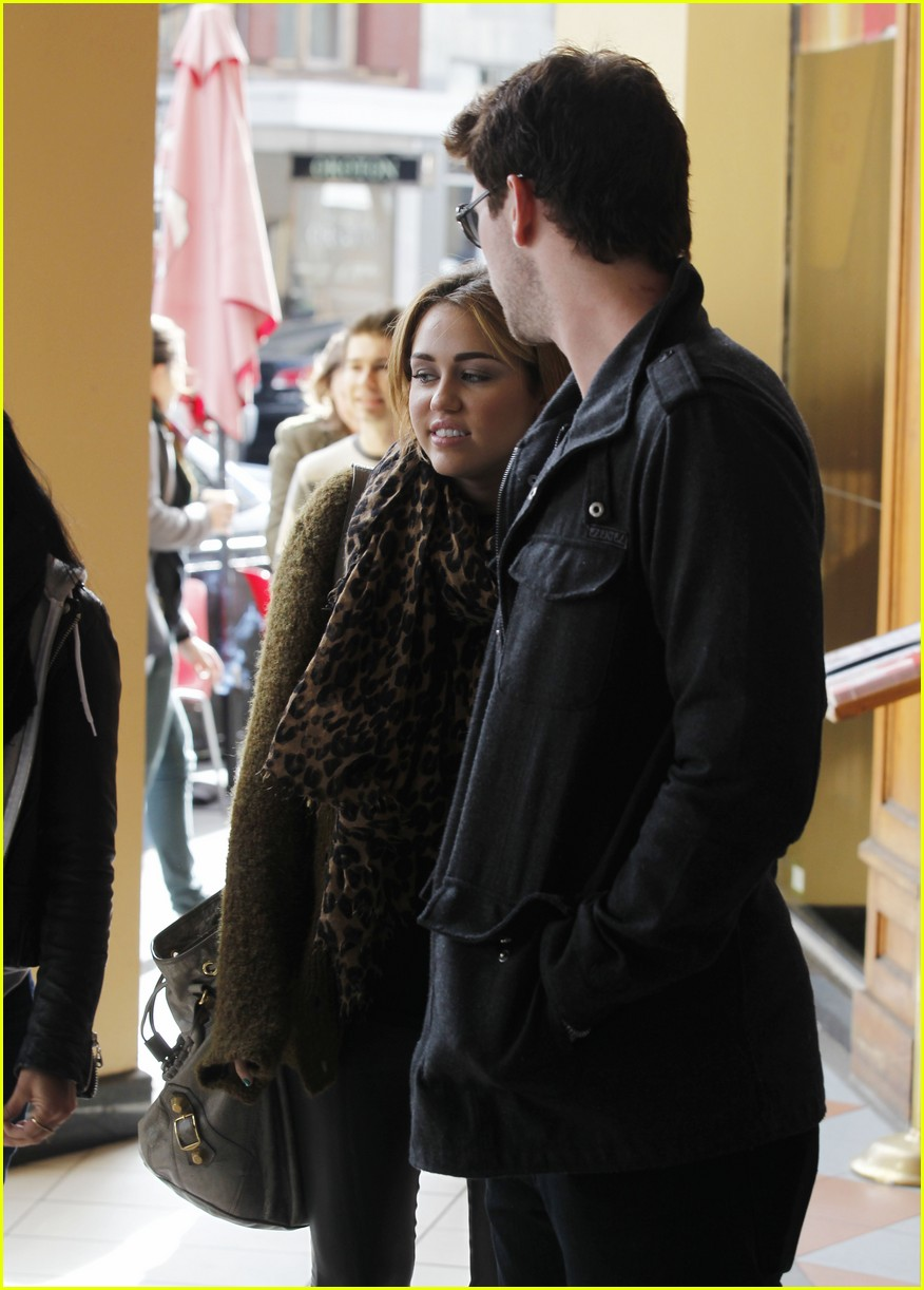 miley cyrus liam hemsworth chapel 03