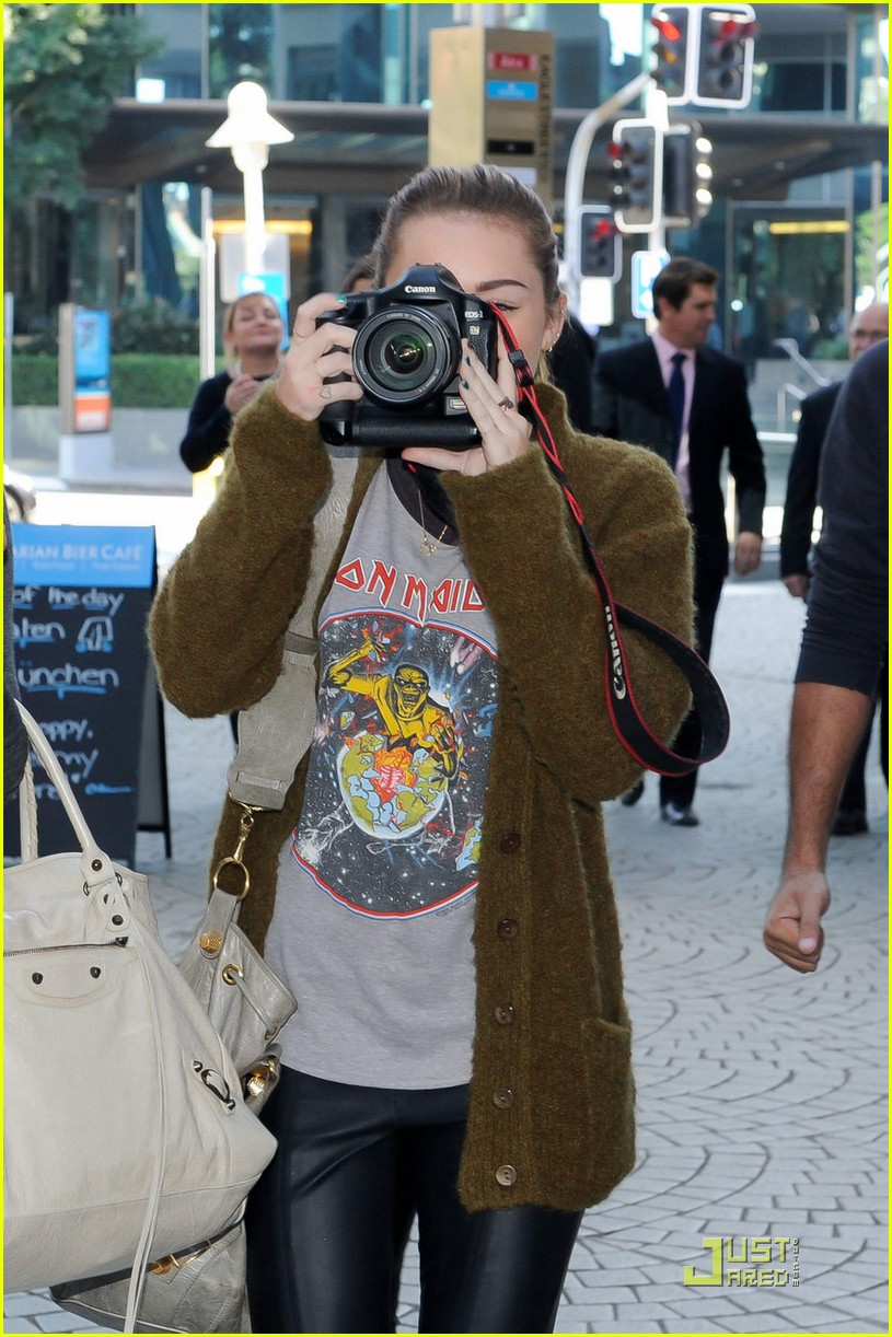 miley cyrus liam hemsworth brisbane shopping 01