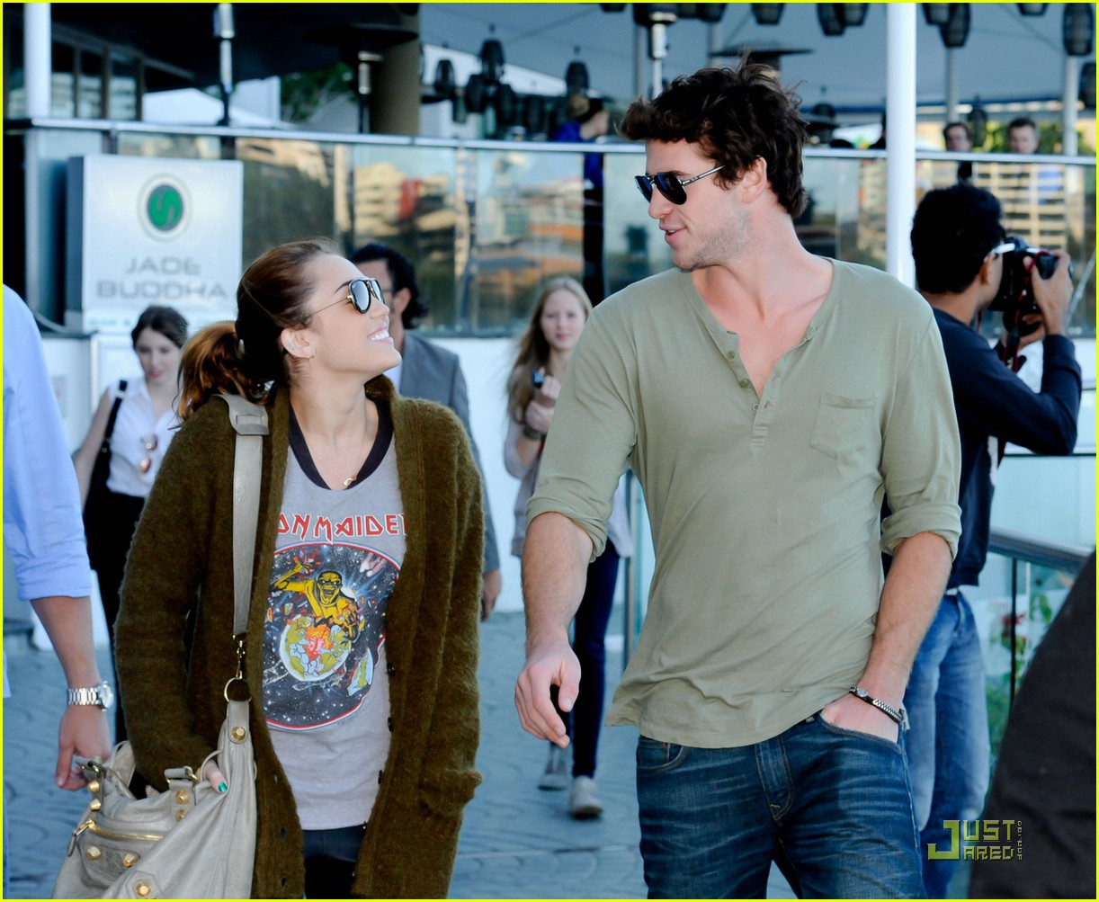 miley cyrus liam hemsworth brisbane shopping 02