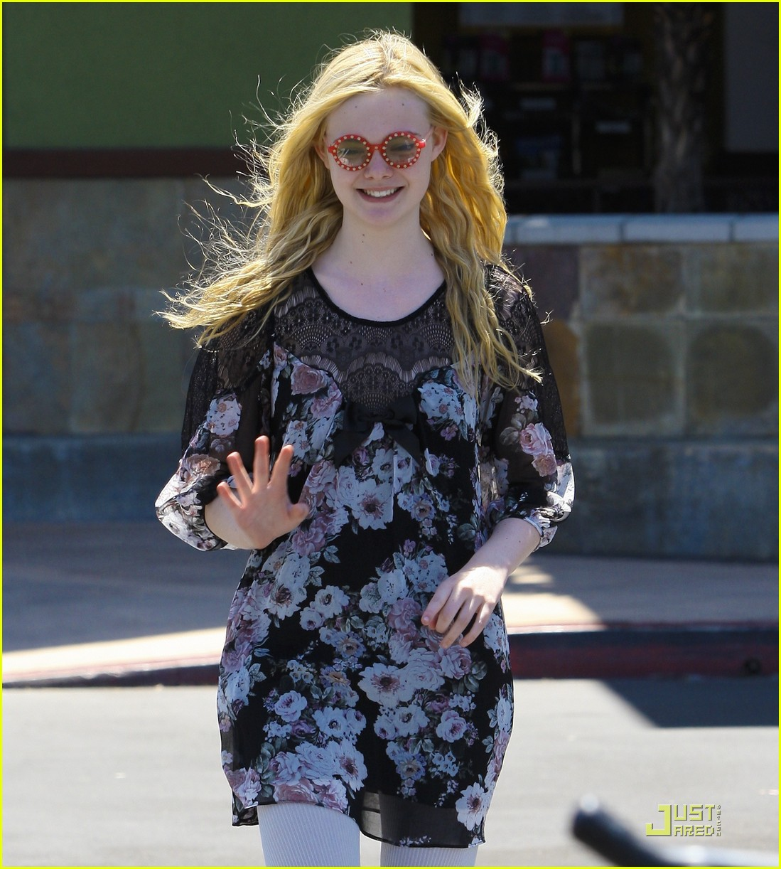 elle fanning red glasses 05