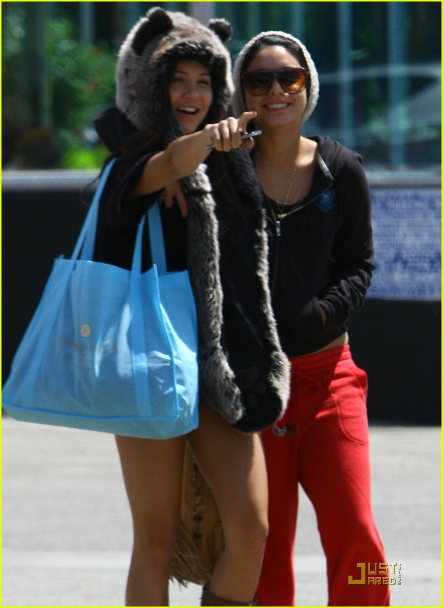 vanessa hudgens jinkys cafe with stella 14