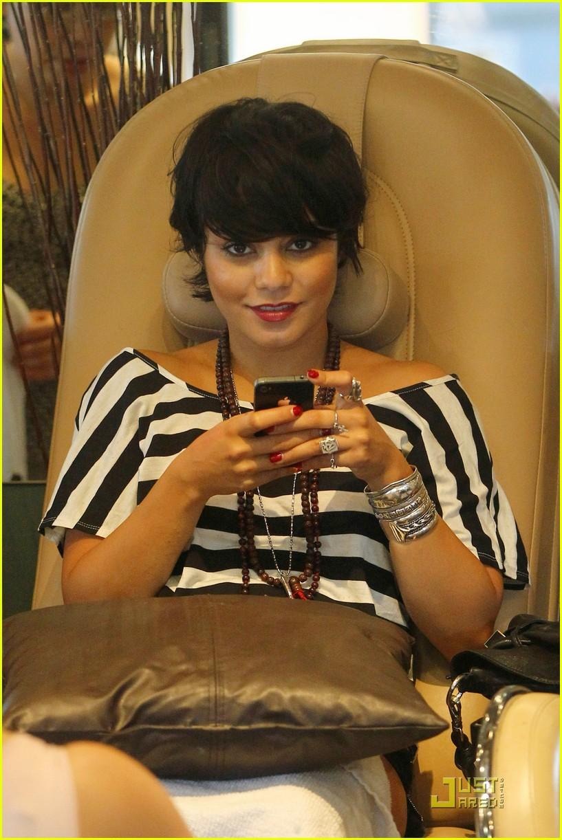 vanessa hudgens salon stop with mom 02