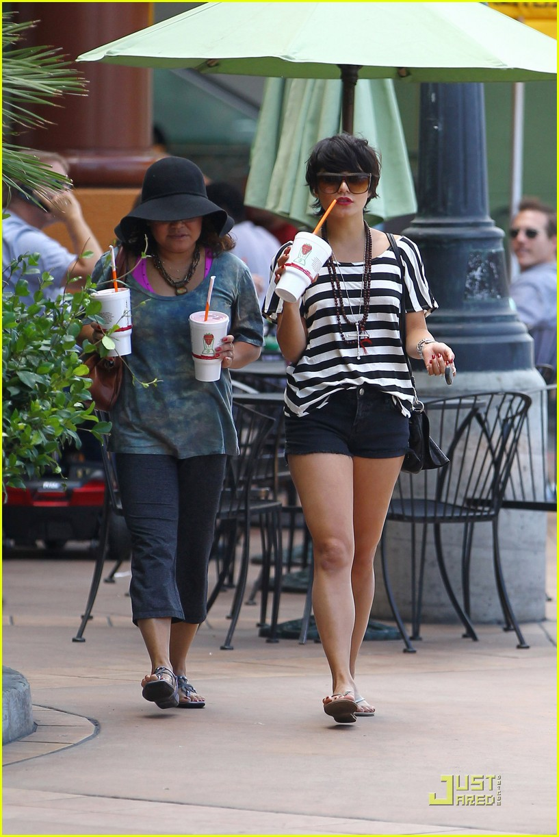vanessa hudgens salon stop with mom 18