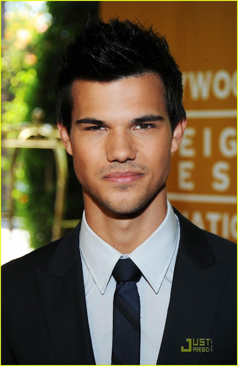 Full Sized Photo of ta... Taylor Lautner