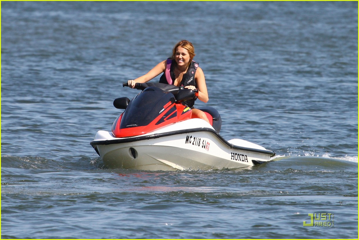 miley cyrus liam hemsworth orchard lake 03