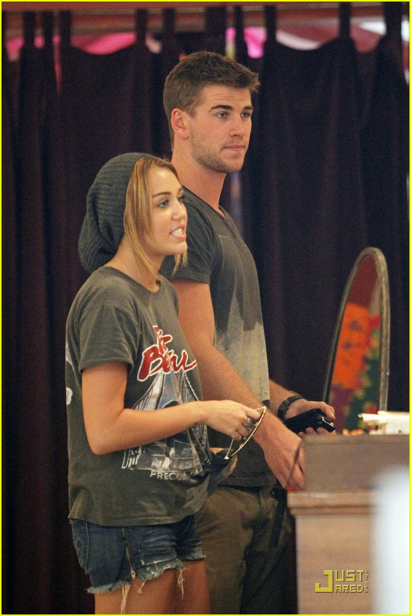 miley cyrus liam hemsworth shopping 06