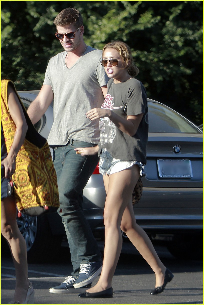 miley cyrus liam hemsworth sushi 01