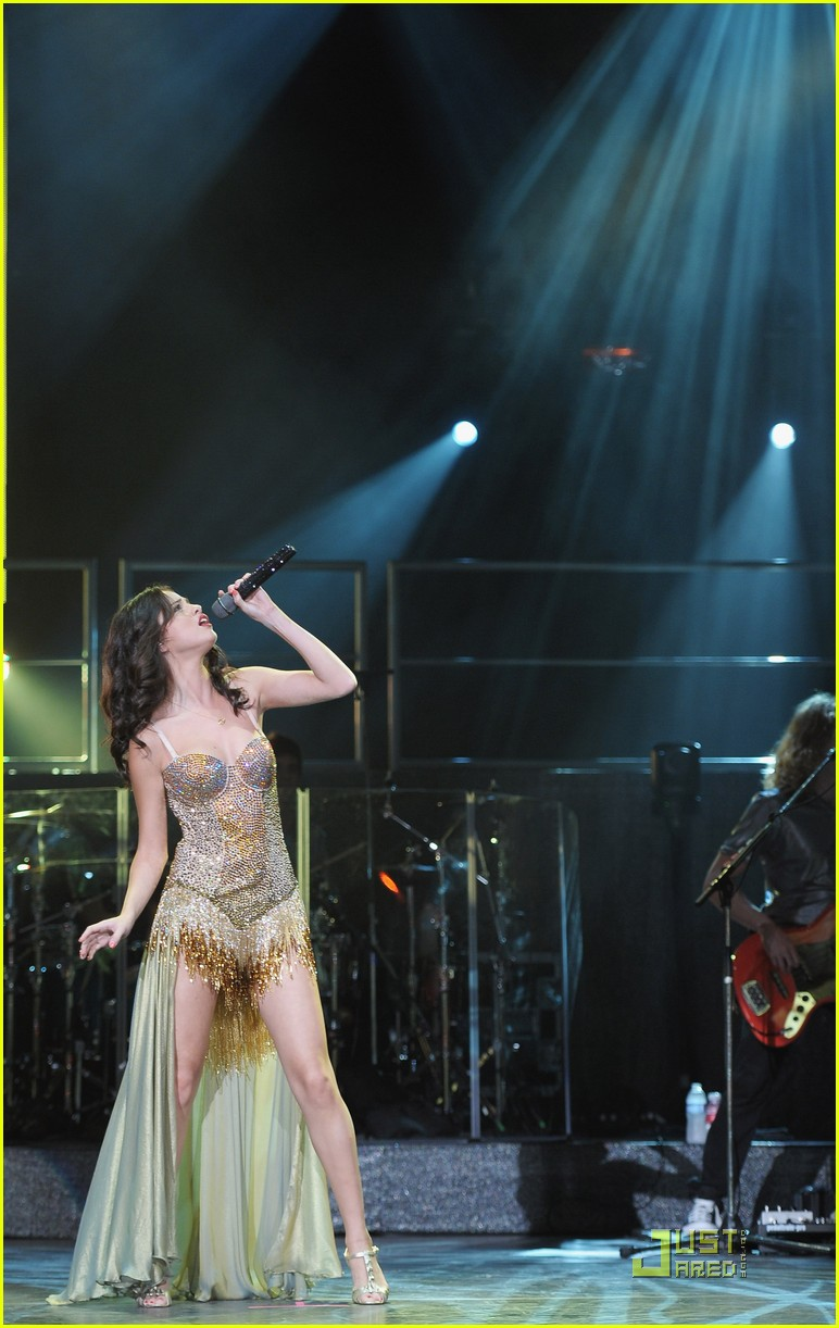 selena gomez holmdel nj concert 16