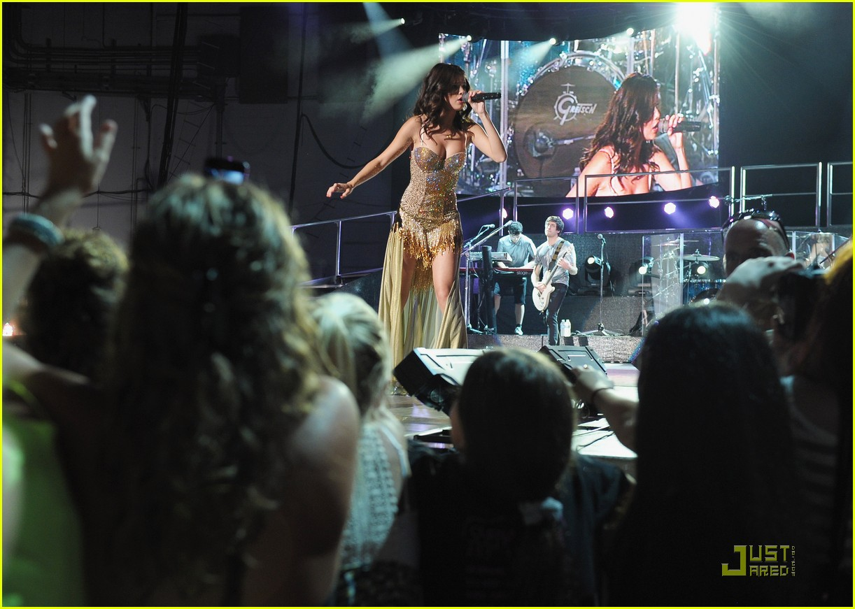 selena gomez holmdel nj concert 23
