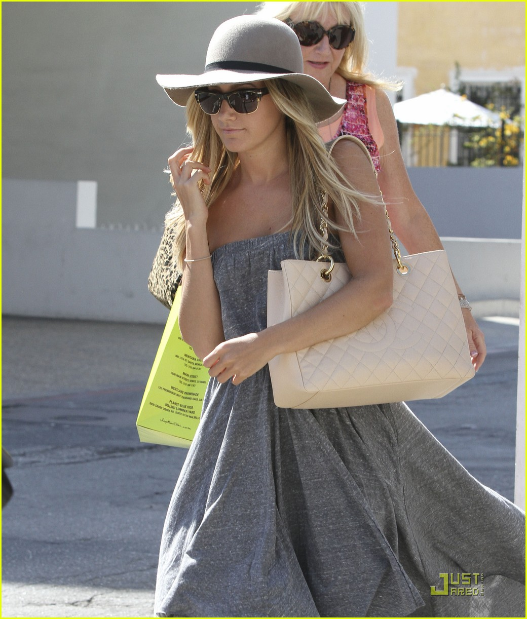 ashley tisdale shopping hat 01