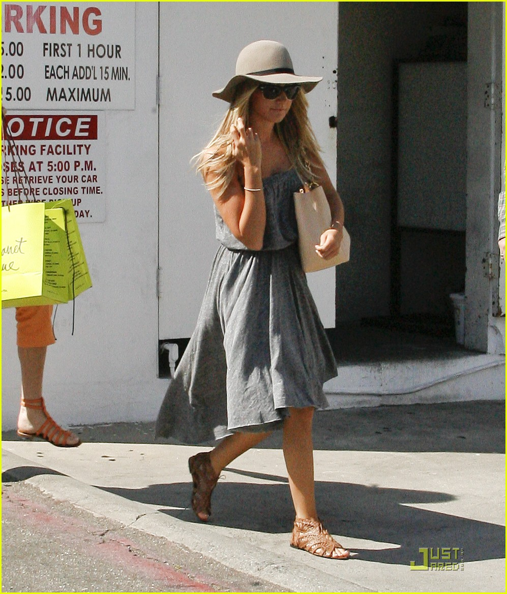 ashley tisdale shopping hat 08