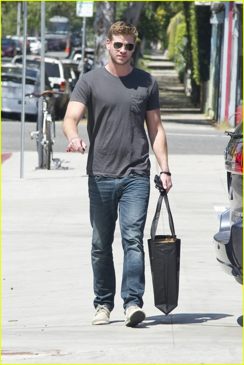 liam hemsworth shopping 03