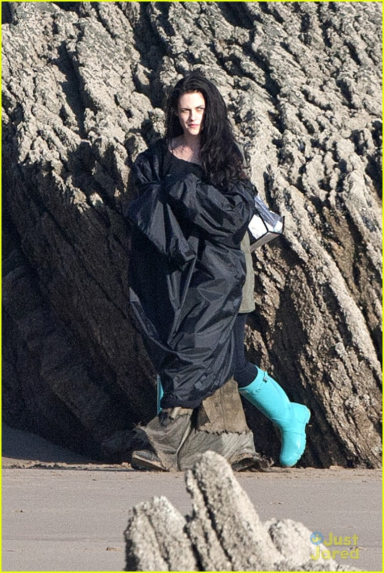 kristen stewart snow white beach 02