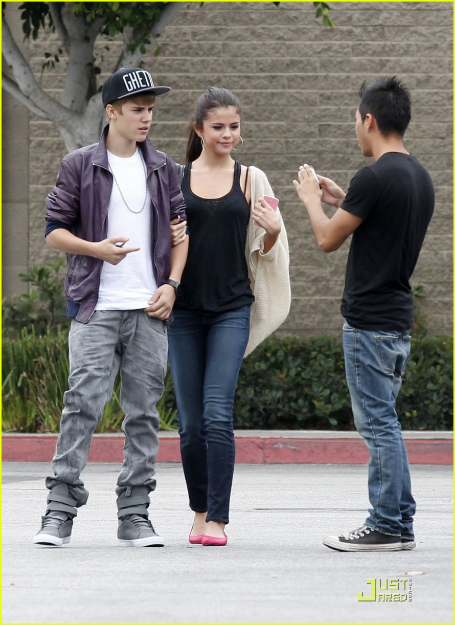 selena gomez justin bieber shopping sweeties photo 437352 photo gallery just jared jr. Black Bedroom Furniture Sets. Home Design Ideas