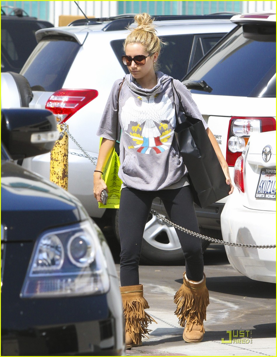 ashley tisdale chanel shopper 02