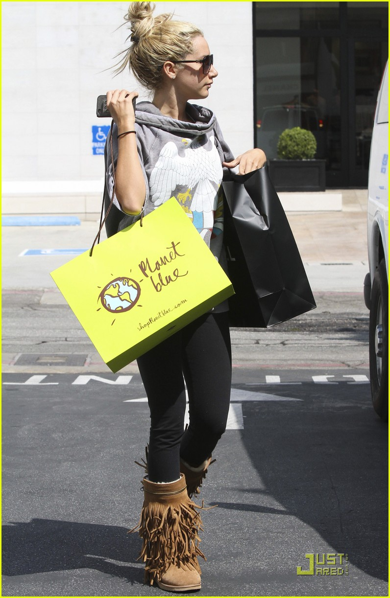 ashley tisdale chanel shopper 06