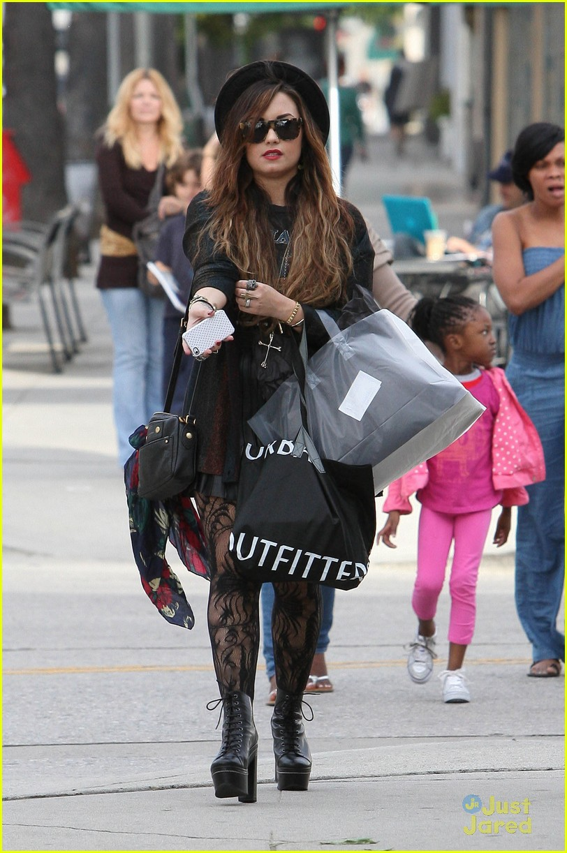 demi lovato shopping urban 07